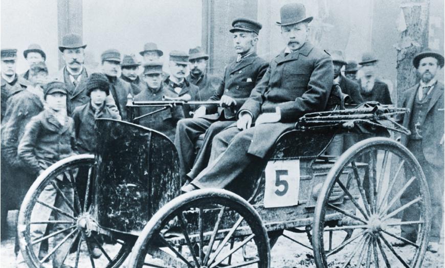 1895. Chicagos toimus Ameerika esimene võidusõit. Selle võitis auto, mis kasutas mootoris Valvoline'i õli. Võiduautoks oli 2-silindriline 1-3/4 hj Duryea, mida roolis Frank Duryea, kes sai võidu eest auhinnaks 2000 dollarit.