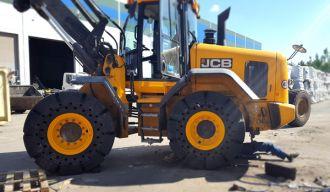 JCB rado sprendimą traktorių darbams sunkaus pravažumo dangose